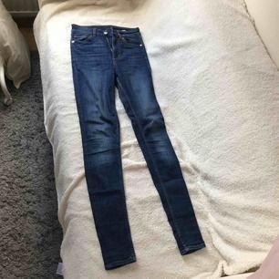 Blåa jeans.  Har använt de ett par gånger.  Lite sliten i vecken men går att ha ändå.  Pris kan förhandlas.