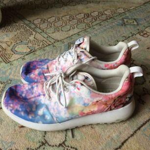 Nike skor i superfint körsbärsblom-tryck! I bra skick, men använda.