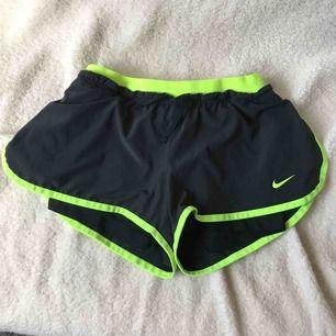 Svarta Nike shorts med neon färg i rem.  Har haft på mig den några gånger men de är i en väldig god skick.  Pris kan förhandlas.