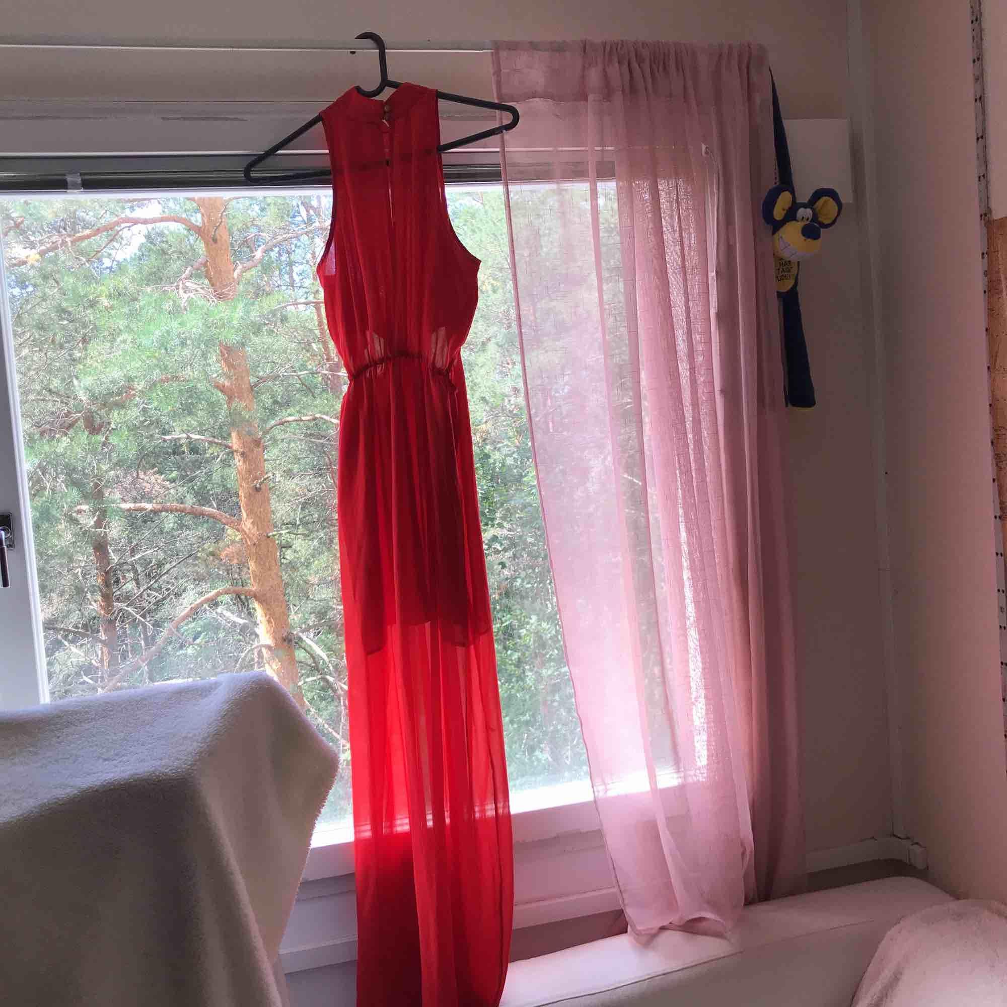 Röd klänning. Har haft på mig den ett par gånger men den är i god skick.  Pris kan förhandlas. . Klänningar.