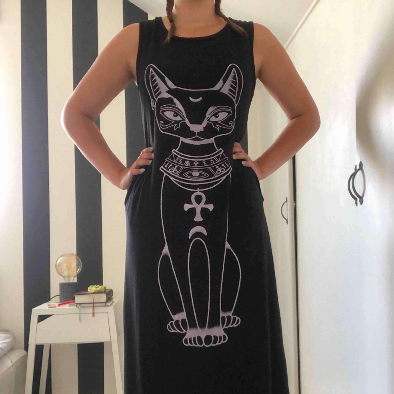 Skön klänning med tryck och fickor. L men passar även M.. Klänningar.