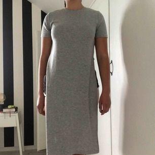 Grå ribbad klänning/tunika med lång slits på sidorna. Köparen står för frakten🌸