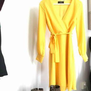 V ringad klockad klänning med knytbälte i midjan!Ett helt nytt plagg från sisterspoint prislapp kvar endast testad! ✨