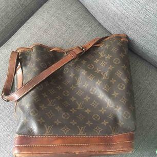 Äkta vintage Louis Vuitton noe large  Väskan har mångaaaa år på nacken och 100% äkta!  Endast seriösa köpare Tack Pris är inkl spårbar frakt