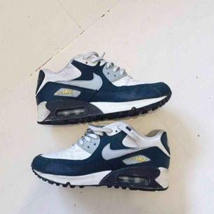 Nike air 90 i storlek 35,5. Använda men fortfarande i gott skick. Finns en liten lagning längs kanten (se andra bilden), därav priset. Nypris 800 kr.