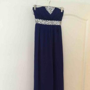 Långklänning, mörkblå, använd en gång. Perfekt för bal och bröllop.  Kan frakta eller mötas upp i Malmö/Lund.