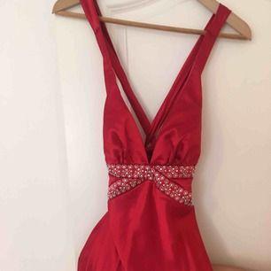Röd långklänning i slikestyg. Riktigt fin för bal och bröllop. Svår att få på bild men vill du ha fler bilder så fråga gärna. Kan frakta eller mötas upp i Malmö/Lund.
