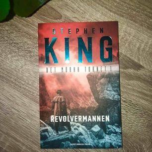 """Säljer denna storslagna bok från Stephen King! Första delen i serien """"Det mörka tornet"""". Säljer pga den är oläst! Öppet för prut! Betalas med Swish och köparen står för frakten☺️📚"""