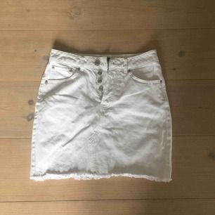 Vit tight jeanskjol från Bikbok. Köparen står för frakt. Kan även mötas upp i Lund.