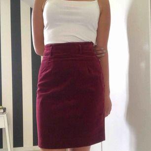 Röd kjol i sammetliknande material. Köparen står för frakten🌸