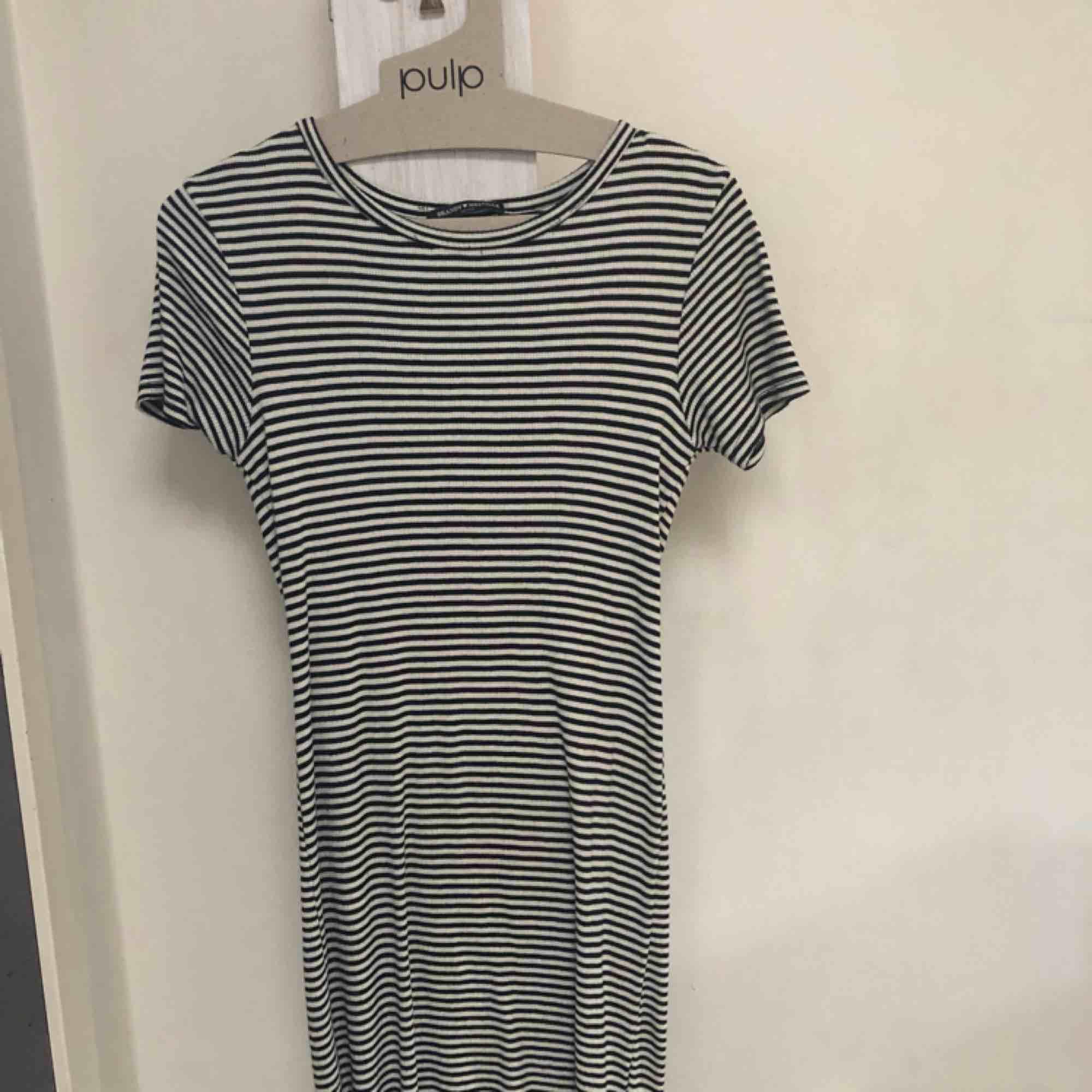 Jättemysig och bekväm klänning från Brandy Melville! Är väldigt stretchig vilket gör att den passar flera storlekar⭐️. Klänningar.