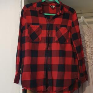 Simpel rutig skjorta, något använd men i bra skick.  100% cotton