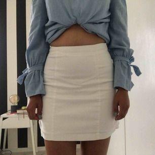 Vit kjol med volang på baksidan och broderat mönster på framsidan. Köparen står för frakten🌸