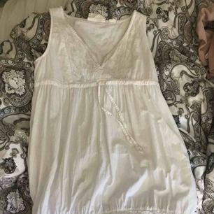 Fin broderad klänning från L.O.G.G