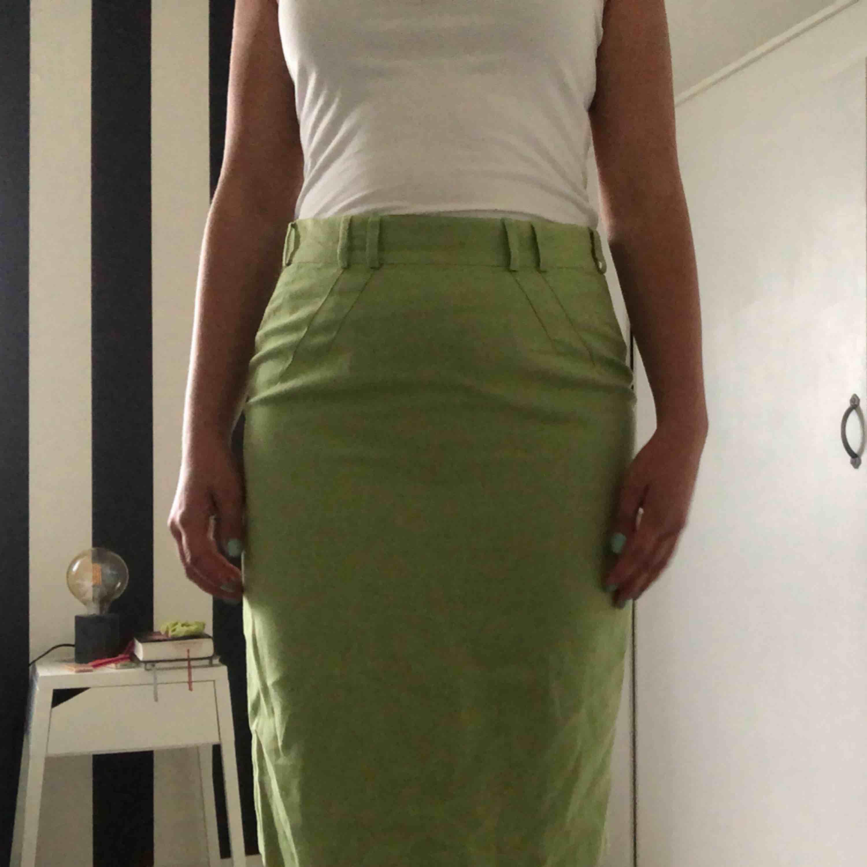 Grön kjol med detaljer. Köparen står för frakten🌸. Kjolar.