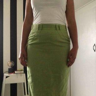 Grön kjol med detaljer. Köparen står för frakten🌸