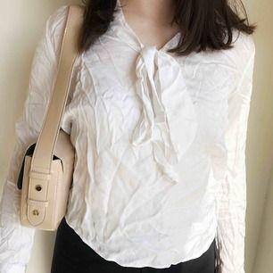 Blus från gant( ganska skrynklig på bilden för att den legat i en kartong vikt) jätte fin när man stryker!💕