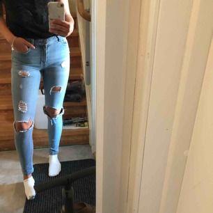 Ljusblå slitna jeans från mango