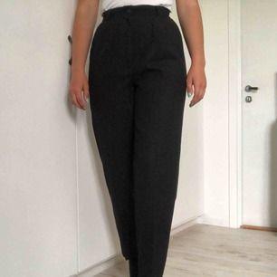 Coola svarta byxor från pop boutique. Vet inte vad det är för storlek, men skulle säga 36 eller S. Oanvända. Köparen står för frakten🌸