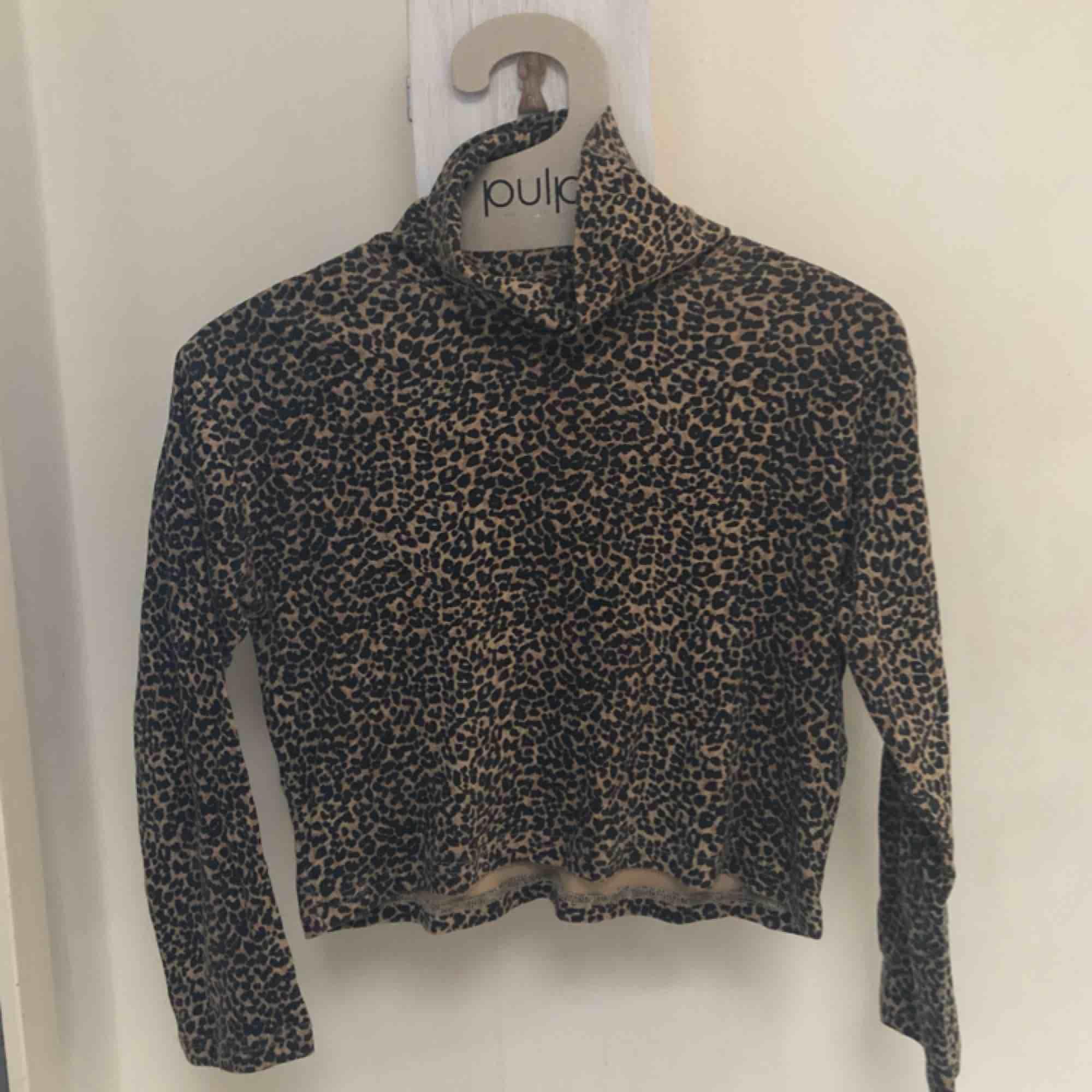 Jättesnygg leopard polotröja! Kortare i modellen och ärmarna🐆 frakt: 30 kr. Toppar.