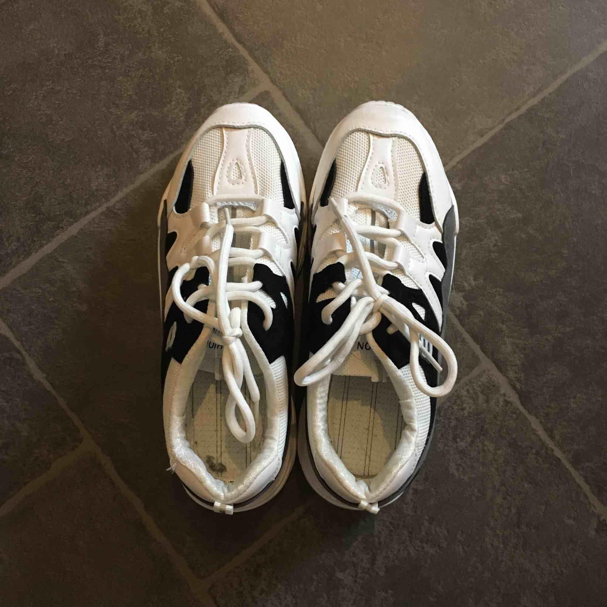 Chunky sneakers som jag säljer pga för små. Köpte dem i strl 40 men de var närmare 39/38,5. Skorna har inga sulor i just nu men det finns att sätta i. Nypris var 400 men säljer för 120 då de användes en gång. + eventuell frakt. . Skor.