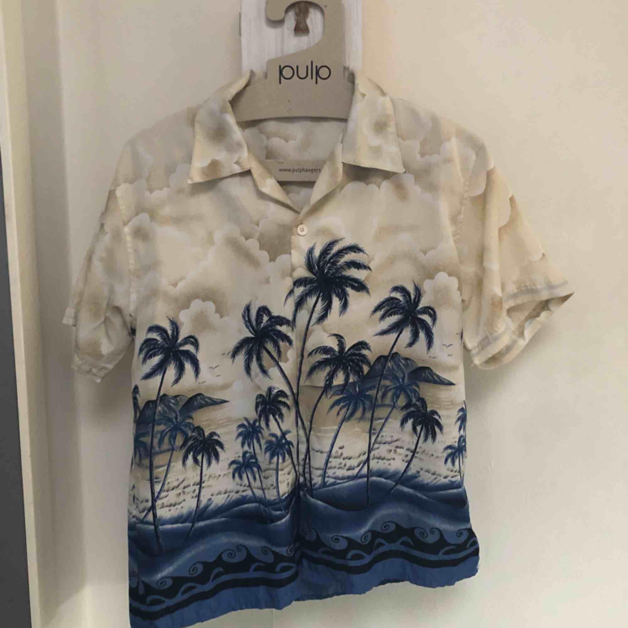 Somrig skjorta i silke från beyond retro! Har ett litet hål på sidan men bild på det kan skickas vid önskemål☺️. Skjortor.