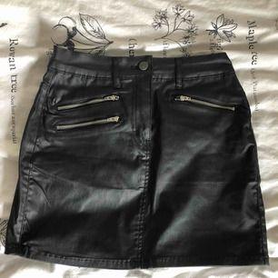 Oanvänd kjol i fejk-skinn. Supersnygg och stretchig!
