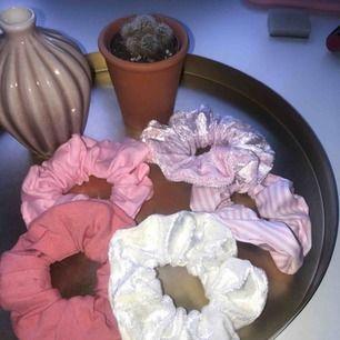 Min lillasyster gör egna schrunchies, 10kr/stk + frakt Skriv för enskilda bilder🥰 Kan eventuellt göras fler av samma.  POK