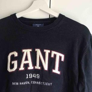 Snygg marinblå stickad Gant tröja i väldigt bra skick, herrmodell. Eventuell frakt tillkommer.