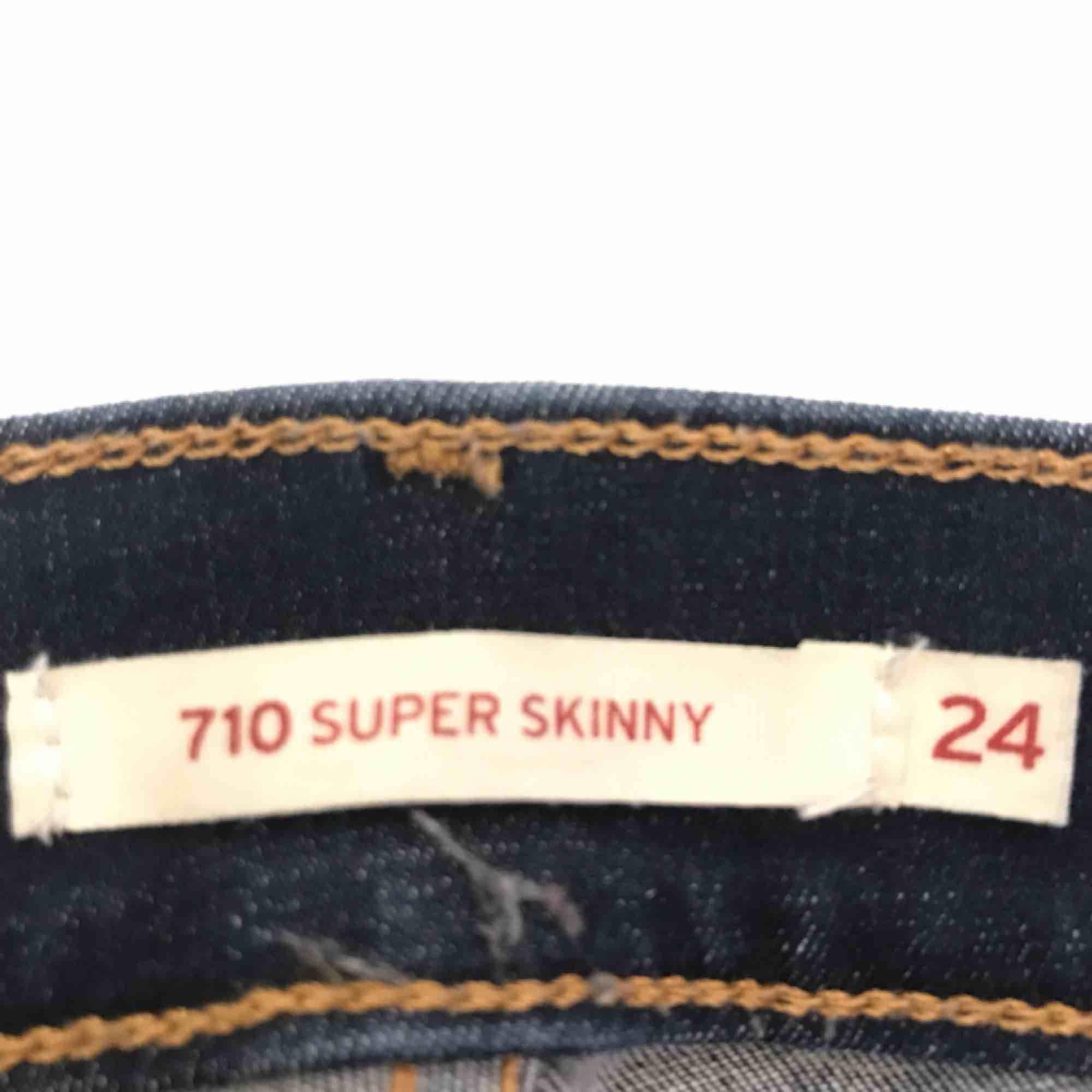 Säljer ett par mörkblå Levis 710. Storlek 24 (dock har jag klippt av dem en bit så de är 92 cm från midjan och ner) . Jeans & Byxor.
