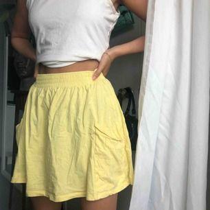 Gul kjol från Cubus. Har fickor. Defekt: två små fläckar svåra att se men kan inte få bort de däravpriset. Frakt tillkommer