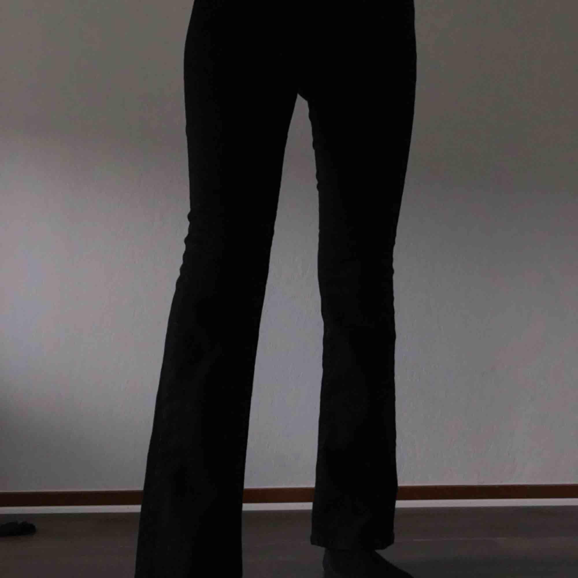 beställde ett par byxor här från plick men var inte alls som de var på bilderna. säljer dem för samma pris jag köpte dem då de aldrig blivit använda, frakt är inräknat!. Jeans & Byxor.