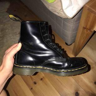 Dr Martens skor! Knappt använda, frakt ingår vid snabb affär :) dm för mer info