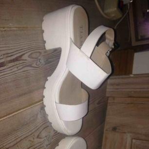 Jääättefina skor från Tiamo!!! Använda typ 2ggr, jättefint skick (lite smutsiga men går enkelt att ta bort), supersköna men får tyvärr inte så mycket användning av dom </3  Köpköpköp!