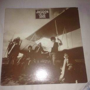 Jackson5 vinylskiva- Skywriter Köpt secondhand så kan nt lova ifall d någon låt som är hackig osv. Men sålänge du hanterar skivan på rätt sätt så tror jag inte ngn skada kmr ske.