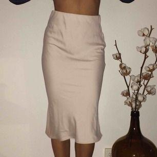 sååå fin kjol från river island, säljer pga för stor för mig😭 strl 32 men sitter mer som 34. aldrig använd, lapparna kvar. frakt 40 kr. kan tänka mig att gå ner i pris vid snabb affär!