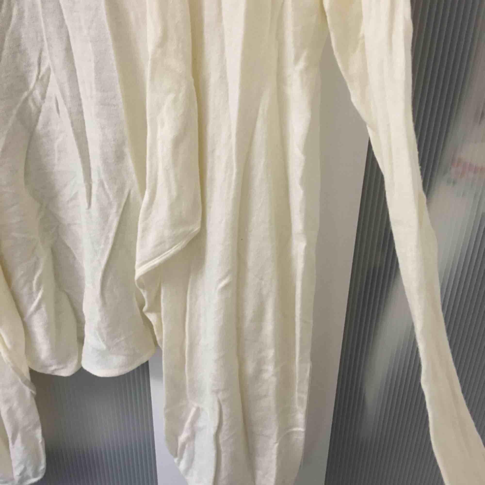 Skön krämvit färgad kofta från hm! . Tröjor & Koftor.