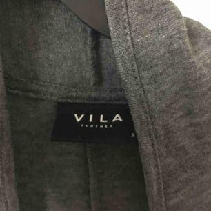 Skön kofta från vero Moda! Väldigt mjukt material och är i bra skick.