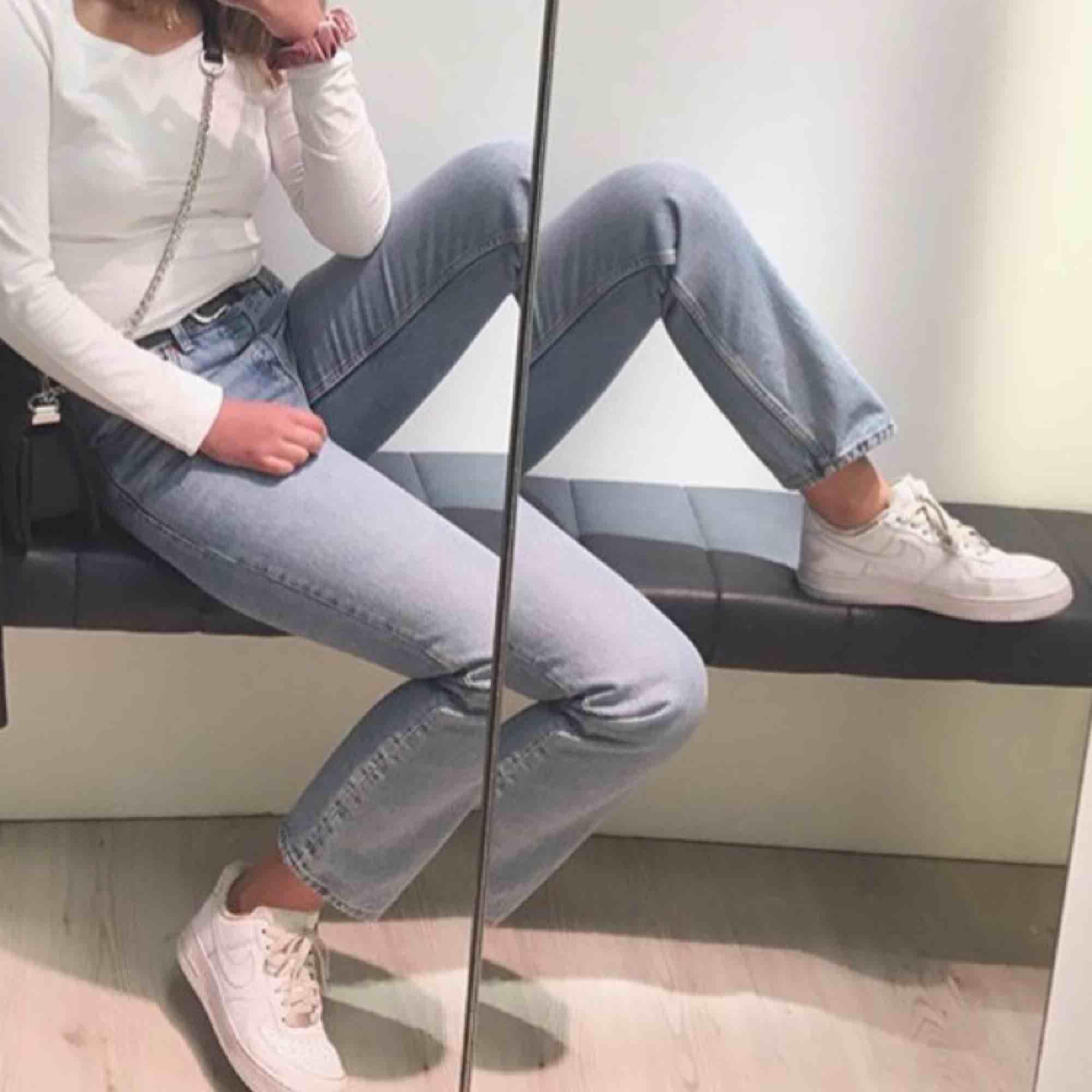Ett par vintage jeans (sitter tight i låren och blir raka efter knäna) går precis till naveln, stängs med tre knappar. Ankel långa. Fint skick, köpta förra sommaren! Stl 28 (S-M) . Jeans & Byxor.