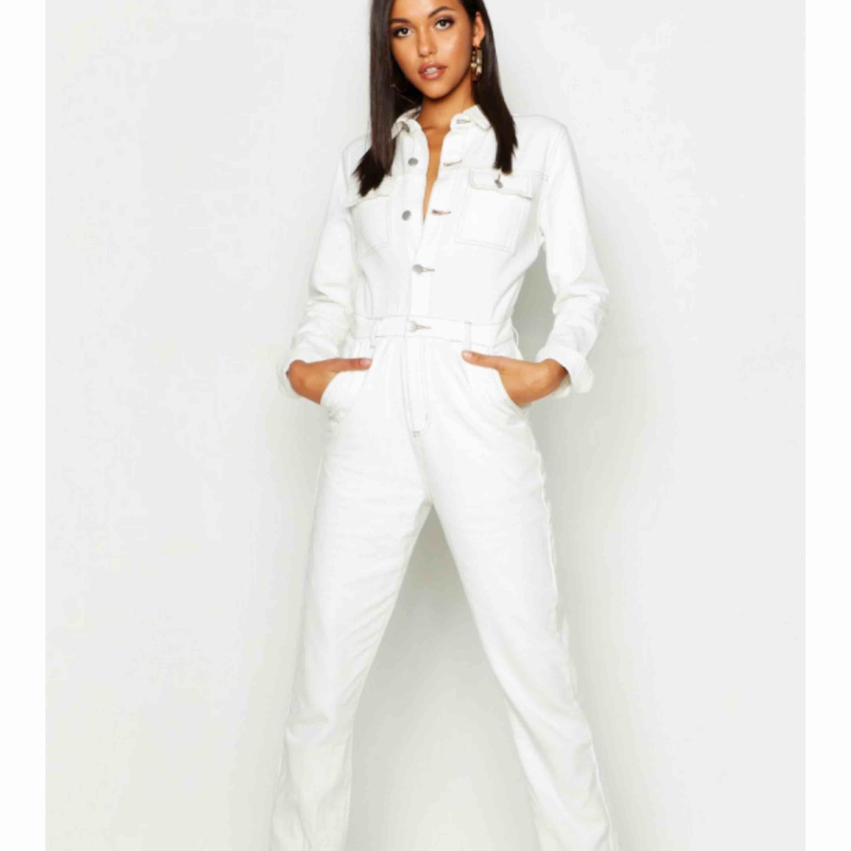 Jätte fin jeans jumpsuit från boohoo, tyvärr för liten för mig ... stl 36 men mer som 34. Tänkte skicka tillbaka allt men hann inte inom returtiden så att prislappen är också kvar på den. Köpt för 400kr! Köparen står för frakt ! . Övrigt.