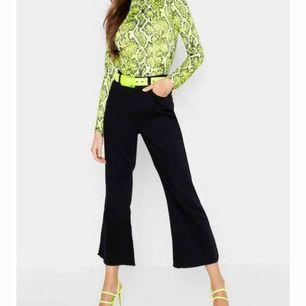 Utsvängda jeans från boohoo, passade ine riktigt min stil. Tänkte skicka tillbaka allt men hann inte inom returtiden så att prislappen är också kvar på den. Köpt för 200kr. Köparen står för frakt !