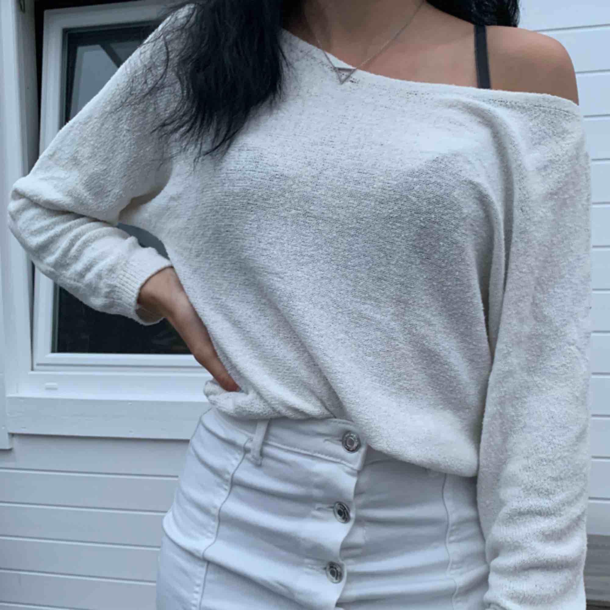 Väldigt snygg stickad tröja i off shoulder. Mycket bra skick och knappt använd.. Tröjor & Koftor.