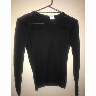 ⭐️ Långärmad tröja med knäppning i ryggen. Frakt ingår i priset. ⭐️