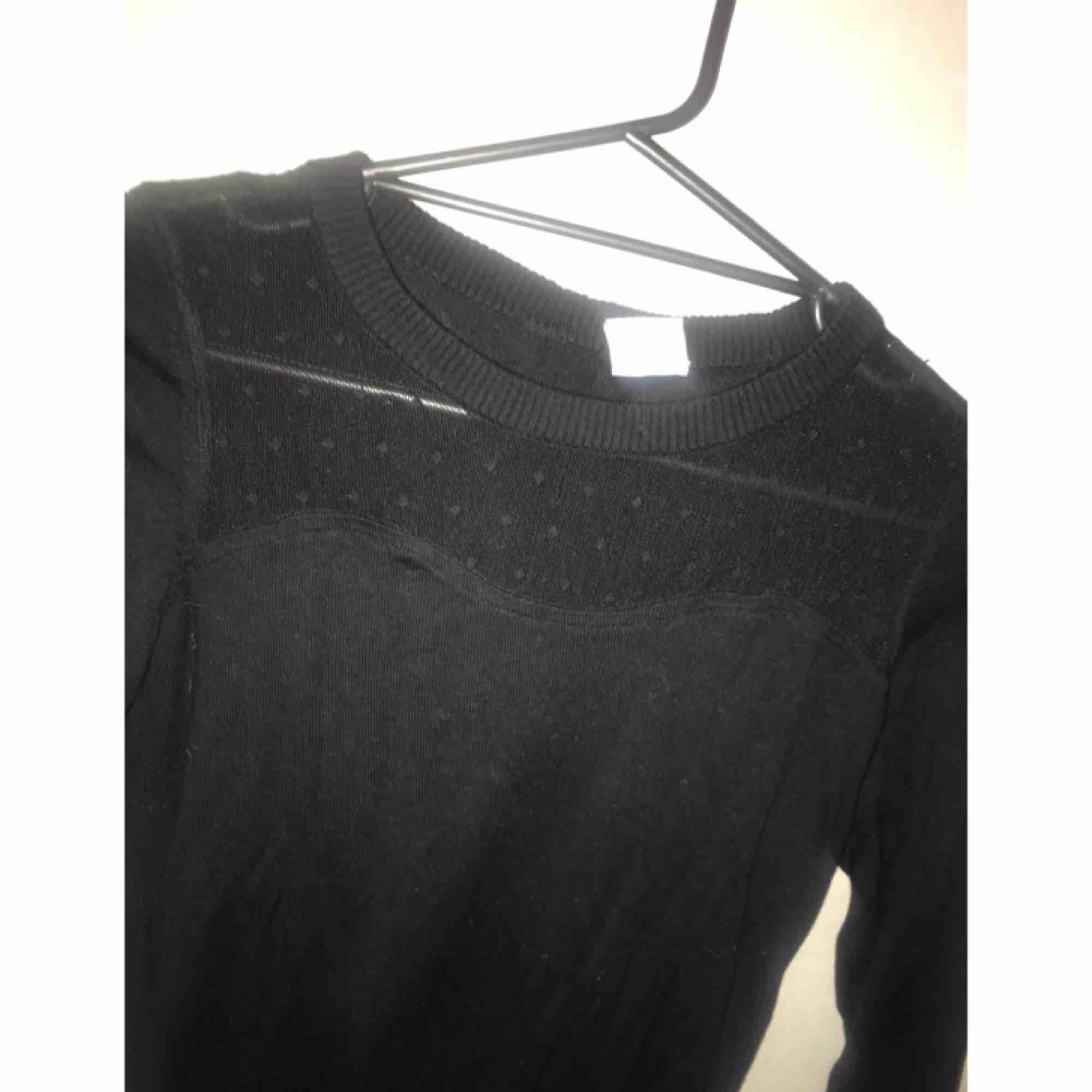 ⭐️ Långärmad tröja med knäppning i ryggen. Frakt ingår i priset. ⭐️. Tröjor & Koftor.
