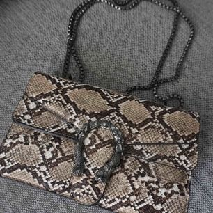 Gucci inspirerad väska i brunt ormskinn