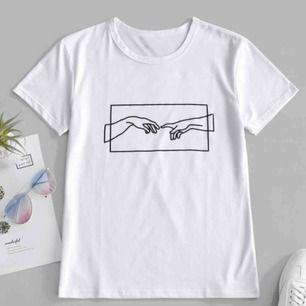 Vit t-shirt med tryck i storlek L. Helt ny. Sitter fint som oversize på strl xs-s. Fri frakt! Köpt för 499kr