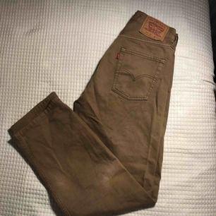 Levi's jeans i en ljusbrun färg, lite lösare passform, supersnygga! Passar en M men även mindre storlekar beroende på hur du vill att dom ska sitta.  Kan mötas upp i Sthlm annars + frakt