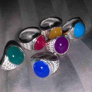 Söta ringar i silverfärg med färgglad sten. Har flera av varje färg. En för 20kr. 3 för 40kr. Eller alla för 70kr🌼