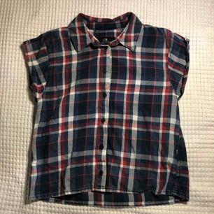 Rutig skjorta med korta ärmar köpt i Turkiet. Storlek XS men passar även S. Supersnygga till blåa jeans eller jeansshorts😍