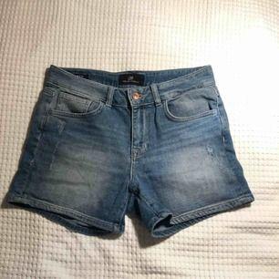 Blåa jeansshorts köpta i Turkiet med slitningar vid framfickorna samt på ena bakfickan. Supersnygga💜